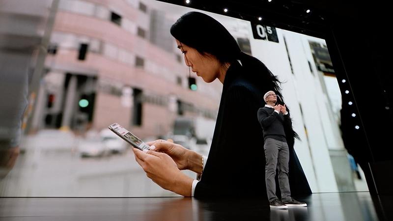 Sforum - Trang thông tin công nghệ mới nhất apple-news-opening Khi Samsung còn bận đấu phần cứng với Huawei, Apple đã tìm ra hướng đi của riêng mình