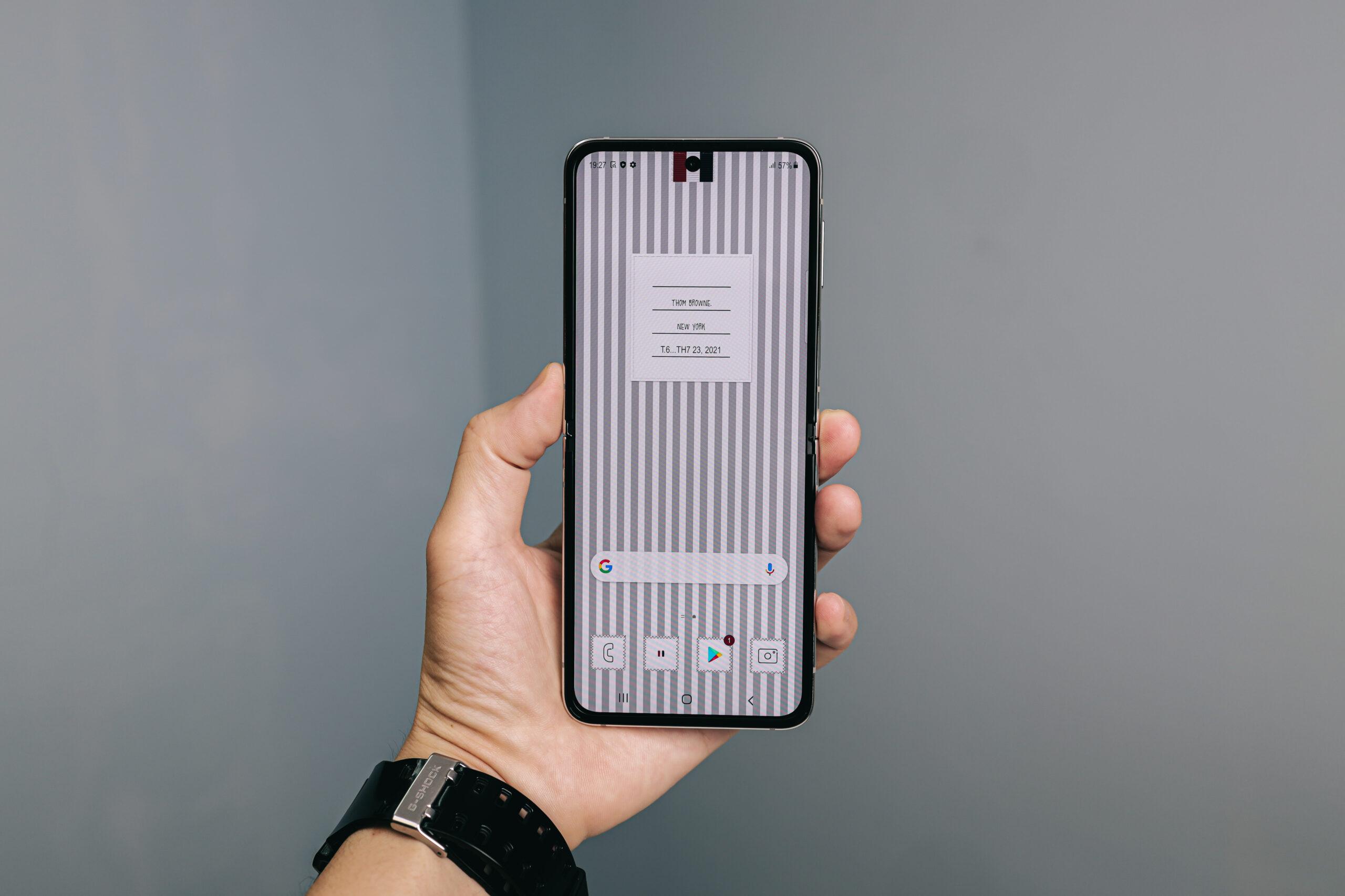 """Sforum - Trang thông tin công nghệ mới nhất 0X4A0244-scaled Mở hộp Galaxy Z Flip3 phiên bản Thom Browne cực """"chanh sả"""": Giá 57 triệu đồng thôi nhưng có tiền cũng không mua được!"""